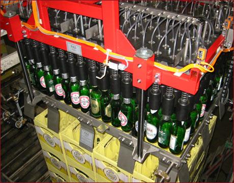 Anlagentechnik 3 - Beispiel: Flaschengreiferkopf mit LZG-Flaschengreifern und Zentrier- und Einführrahmen in automatischer Umpackanlage